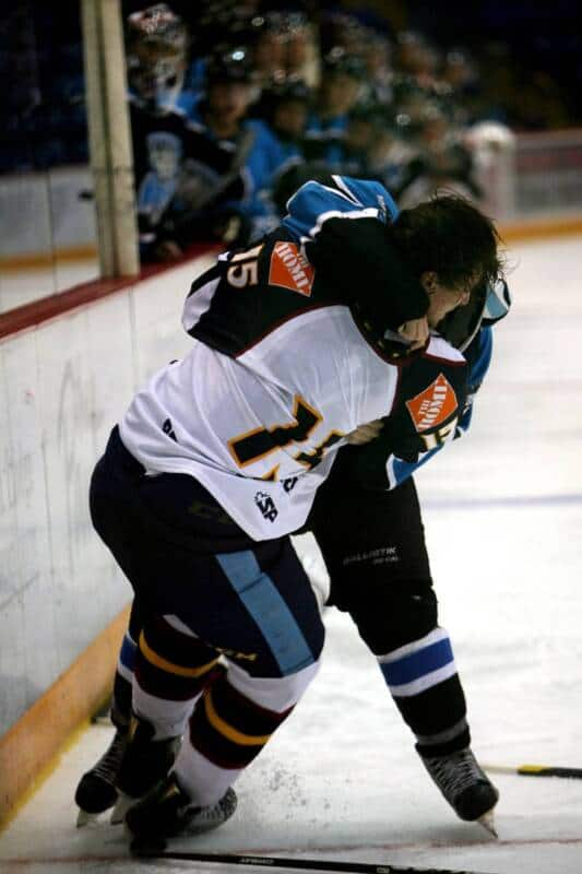 Two professional hockey players each earn a major penalty from fighting.